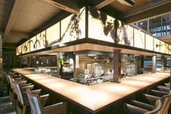 調理の様子を間近に見られるライブ感が人気のカウンター席。2階にはテーブル席も