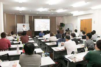 松山市内の飲食店関係者ら約40名が参加。オーナー、シェフ、サービススタッフらが、愛媛の地酒の特徴と魅力に聞き入った