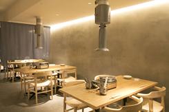 シンプルながらセンスが光る店内。1階はテーブル席とカウンターを設置