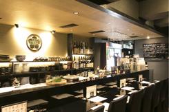 2階のカウンター席は、気軽にうどんを楽しむ客が多く利用する
