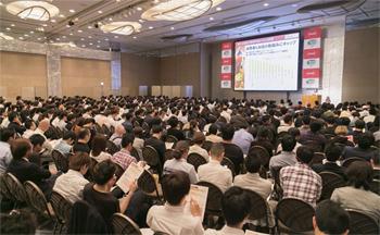 東京での「忘年会対策セミナー」に参加する飲食関係者。会場は、忘年会の成功のカギをつかもうとする人であふれた