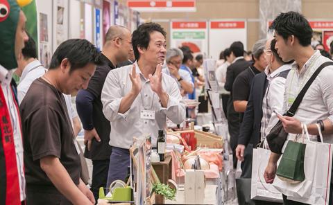 試食や試飲をすすめながら、商品をアピールする出展者。来場者は各ブースを回り、生産者の話に耳を傾けていた