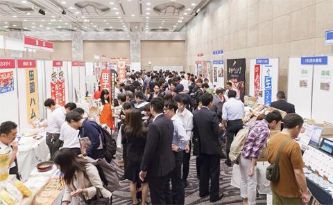 日本各地から生産者が集まった「ぐるなび商品展示会」。新たな食材との出合いを期待する飲食店関係者で賑わった