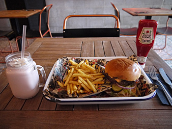 ストロベリーシェイクをベースに、ラム・クリームを加えた「センター・コート」(左)。ハンバーガーやフライドポテトに合うように、甘さ控えめですっきりとした味に仕上げている