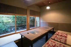 箱庭が見える掘りごたつの個室。部屋をつなげて最大16名の宴会にも対応できる