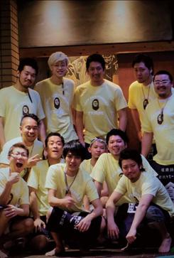 猿屋一家設立10周年を記念し、スタッフがサプライズで作ってくれたTシャツを着ての集合写真