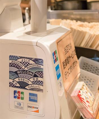 外国人客はカード払いがほとんど。各種クレジットカードが使えることをレジに提示