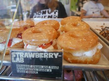 プレーンのイーストドーナツに生のイチゴとホイップクリームを挟んだ一番人気「ストロベリーラボ」。生地には牛乳の代わりにココナツクリームを使いしっとりと仕上げている