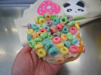 アメリカでドーナツは朝食に食べられることも多い。シリアルのトッピングが鮮やかな「ラッキーチャームズ」は朝食の定番の一つ