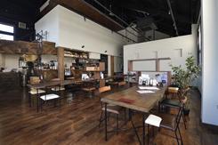 開放感のある空間にテーブル席や個室を備え、ほかにロフトの座敷席もある