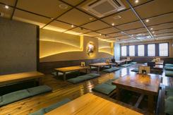 60席ある掘りごたつの座敷席。テーブルとテーブルの間のスペースを広く取って寛げる空間