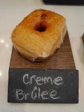 スイーツ系ドーナツで一番人気の「クレームブリュレ」。見た目はシンプルだが、中にはカスタードクリームがたっぷり、表面はパリパリとして食感も楽しい