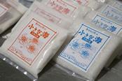 松本氏がつくる2種類の塩。赤文字のパッケージが「釜炊き」、青文字が「天日干し」。いずれも昔ながらの製法を守り続けている