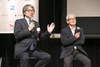 授賞セレモニーでGOLD EGG5名とディスカッションする「RED U-35」総合プロデューサーの小山薫堂氏(左)と松本氏
