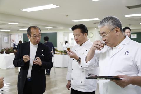 三次審査で試食する審査員ら。料理の味だけでなく、コンセプト、来場者への接し方などを総合的に審査