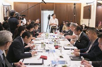 最終審査の試食で、自身のスペシャリテをプレゼンテーションする赤井氏(中央)