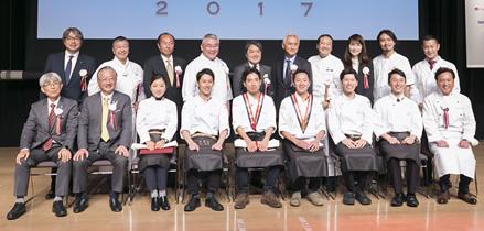 「RED U-35 2017」の審査員団と、GOLD EGGのメンバーら