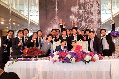 今年8月に行われた加藤氏の結婚式。社員はもちろん、FC店や業務委託店舗の関係者もお祝いに駆けつけた
