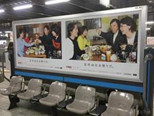 駅ホームベンチ広告