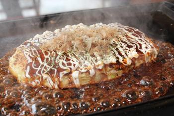 ソース、マヨネーズ、かつおぶし、青のりという日本の王道の組み合わせが楽しめる「ハックチャオ特製お好み焼き」。鉄板の上でジュージューと焼かれるシズル感が、若者に好評