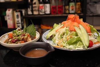 生魚への入門編として用意した「サーモンサラダ」(右)と「魚介の漬け」(左)。サーモンサラダは野菜がたっぷり取れると女性に好評だ