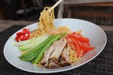 日本の夏の定番「冷やし中華」は、常夏のラオスでも好評。麺は手作りで、小麦粉はタイ産とベトナム産をブレンドしたもの