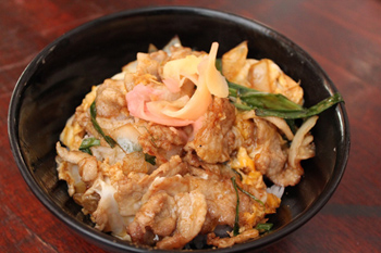 豚肉、たまねぎ、卵などを照り焼きソースで炒めた「スタミナ丼」(3万9000キープ=約530円)もボリューム満点で若者に人気