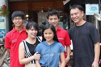 ラオス人の夫人との間に3人の子供を持つ池田氏(右端)。家族の絆が店の発展と成功の原動力だ
