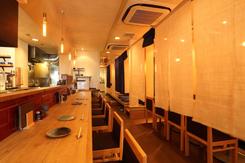 木の温かみを活かした店内。壁や天井には沖縄の「琉球漆喰」を使用している