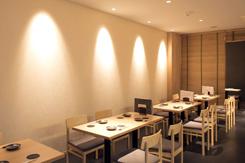 客席と厨房を合わせて26坪の店内に、テーブルとカウンターで35席。広々とした空間で、ゆったり食事が楽しめる