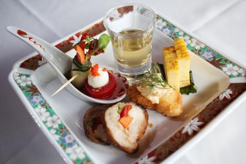 人気のコース「おもてなし」の前菜として供される梅酒と各種前菜。赤、黄、橙、緑など彩りも鮮やか