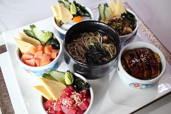 ランチで人気のセット「東京どんぶり」。ミニ丼は2つ選ぶのが基本だが、5つすべてつけることも可能(18万キープ=約2,450円)。一番人気はサーモンのミニ丼
