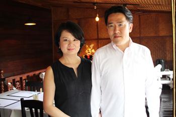 夫婦でメニューを考案しているオーナーの飯田夫妻。夫・國大氏の本業であるビジネスコンサルタントのコネクションを活かして、厳選した食材を日本から空輸している