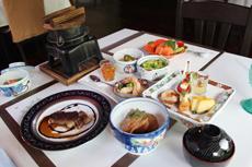 """熱帯モンスーン気候で四季のないラオスで、季節を感じさせる松茸などの食材を使った料理を提供し、""""高級感""""につなげている"""