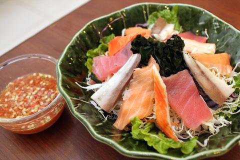 「シーフードサラダ」にも、ニンニクと唐辛子をたっぷりと入れたタレを合わせるのが、ラオスでは一般的。ラオスの人は辛い物が好きなため、刺身や寿司を食べるときもワサビを大量に使う