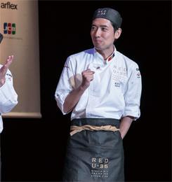 グランプリ(RED EGG)受賞の瞬間、小さくガッツポーズをして、喜びを噛みしめる赤井氏