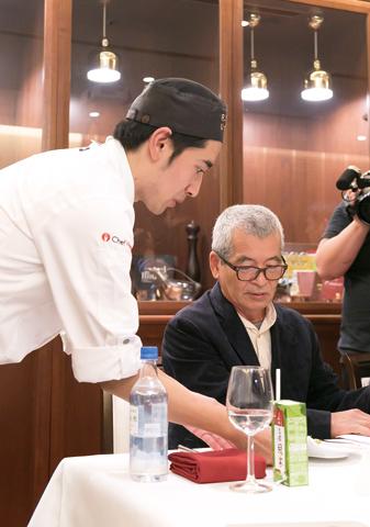 最終審査の調理後、塩職人の松本氏に、天草の塩「小さな海」のスペシャリテをサーブ。人間の血液を表現する食材として鴨肉を用い、「小さな海」のみで味付け。海を連想させる牡蠣を付け合せとし、ネギのソースには松本氏の故郷・徳島の柚子を加えた