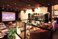 200インチのスクリーンがパーティ会場としての大きな売り。設備豊富で演出も充実