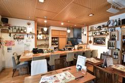 和食店の居抜きだが、洋風小物をうまく合わせ、おしゃれな空間に。個室も備える