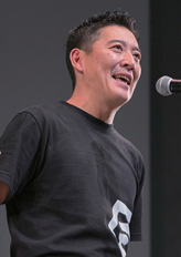 受賞の挨拶に立つ代表の山川大輔氏。「店を切り盛りしてくれているスタッフに、想いが伝わったと報告したい」と喜びを語った