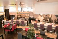 オープンキッチンとバーカウンターを配し、高級感ある内装の店内