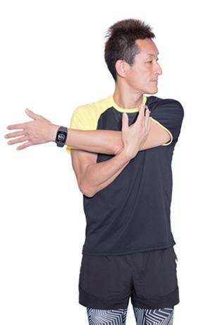 顔は、伸ばした腕と逆の方向に向け、腕を横に真っ直ぐ伸ばしましょう。