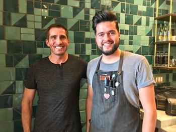 「ラテンコールドブリュー」を考案した経営者のキース・ウィクソン氏(左)と、「モーニングウッド」を生み出したバリスタのハウイー・リバース氏(右)。コーヒーをカクテル風にとらえることで、まだまだ新メニューは生まれそうだ