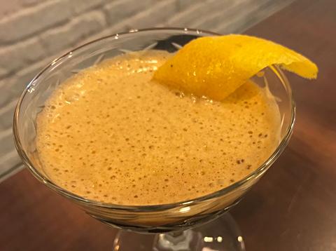 ビンテージのカクテルグラスやシャンパングラス、ウイスキー用のグラスに入れてカクテル風にするなど、提供方法にも工夫が加えられている