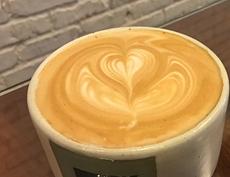 ラベンダーシロップとハチミツを用いた「ラベンダーハニーラテ」。ただ、一見すると普通のカフェラテと変わらないため、見た目でどう特別感を出すかが今後の課題かもしれない
