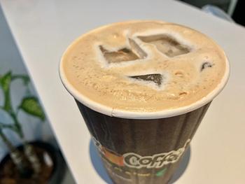 創業者のフィル・ジャバ―氏が生んだオリジナルブレンド「テソラ(Tesora)」のアイスコーヒーにヘビークリームを加えた「エクスタティック」(3.50ドル=約396円)は、キャラメルとナッツ、バターの香りが楽しめる