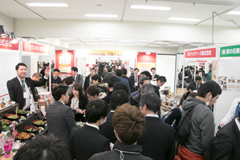 多数の飲食店関係者でにぎわう「居酒屋JAPAN2018」(東京・池袋)