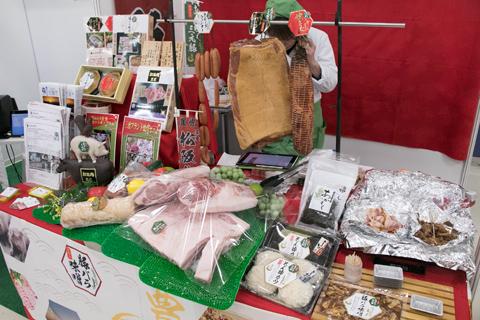 各ブースは「食材まわり」「店舗まわり」「経営まわり」の3つに大別され、「食材まわり」のブースでは試食や試飲を行う出展社も多かった