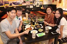 屋台はもちろん、たこ焼きを提供している日本食レストランやラーメン店も多いことから、その人気ぶりがうかがえる