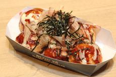 タイ独自の調理法や提供方法のたこ焼きが人気を呼んでいるが、一方でソース、かつお節、マヨネーズをかけた、日本のスタンダードなたこ焼きの人気も高い